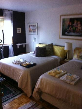 Repos &amp; Manna B &amp; B: Bedroom #1, two dbl beds, very comfy!