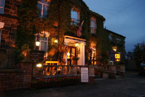 Chester Stone Villa: Hotel frontage at night