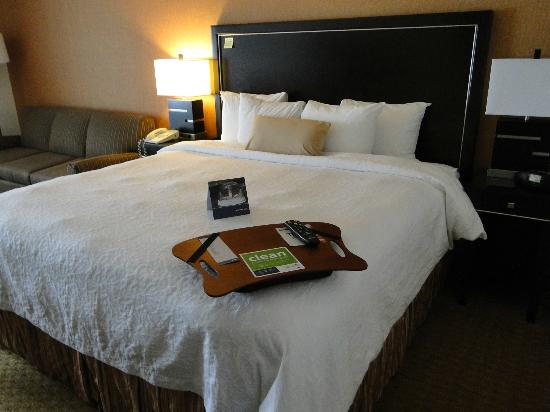 Hampton Inn Portland Airport: Clean, comfy king bed