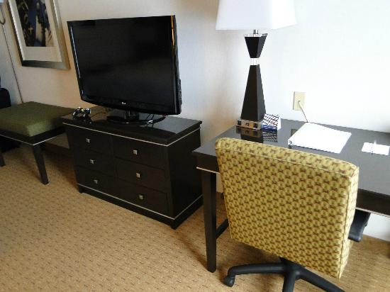 Hampton Inn Portland Airport: TV and work desk