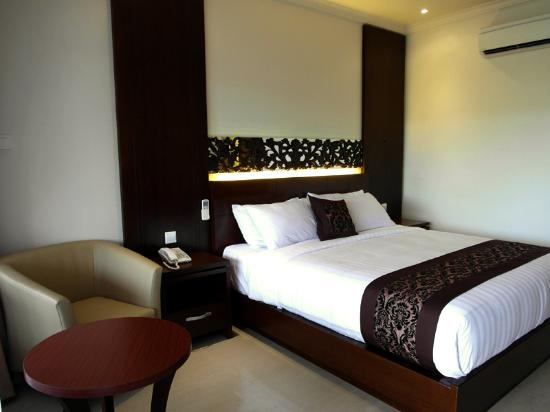 Ari Putri Hotel: comfortable cushion