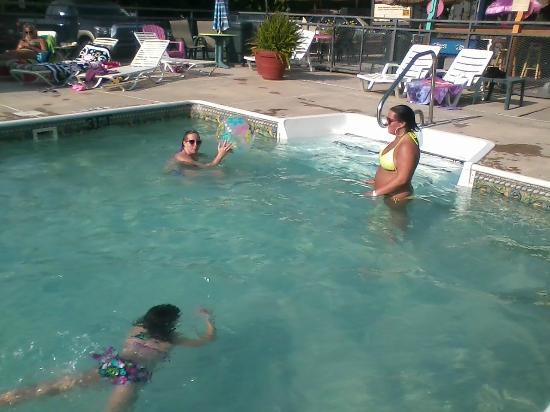 Maggie Valley Inn and Conference Center: Having Fun in the Pool!