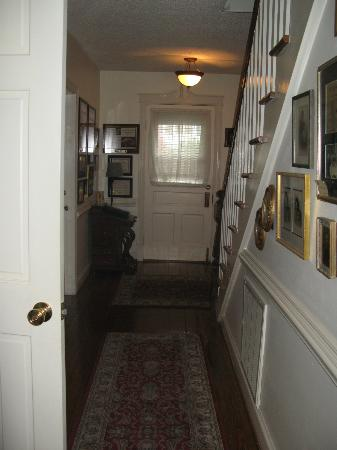 Barclay Cottage Bed and Breakfast: downstairs hallway