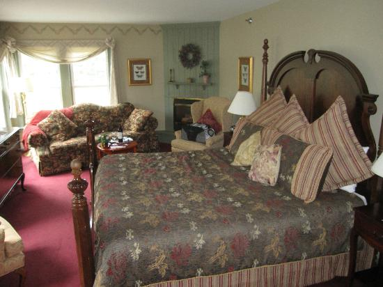 Bradford, NH: Douglas Fairbanks room with King bed