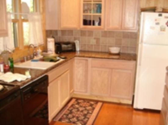 Glenville, NC: Well equipted Kitchen Granite tops