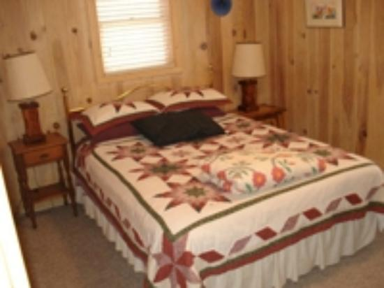 Glenville, NC: The MomaBear Room has queen bed & Lakeside view