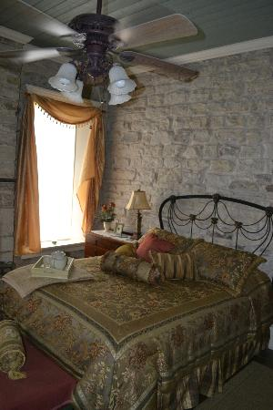 Old Rock House Bed and Breakfast: Queen bedroom
