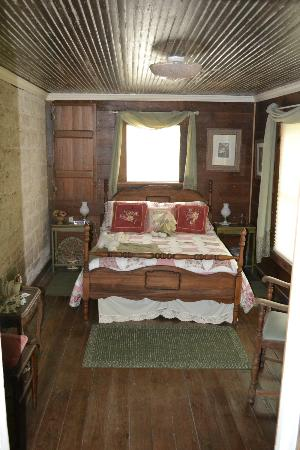 Old Rock House Bed and Breakfast: Full bedroom