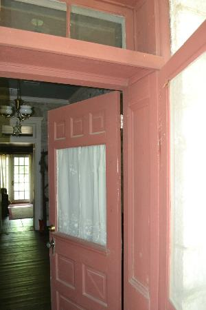 Old Rock House Bed and Breakfast: Entry door showing rock thickness