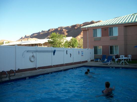 Sleep Inn Moab: We loved the large pool and pretty rocks all around the motel
