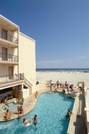 Beau Rivage Motor Inn: Oceanfront Pool
