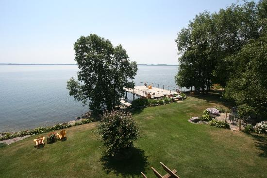 Howe Island Winery B&B: The lawns and deck over the St Lawrence