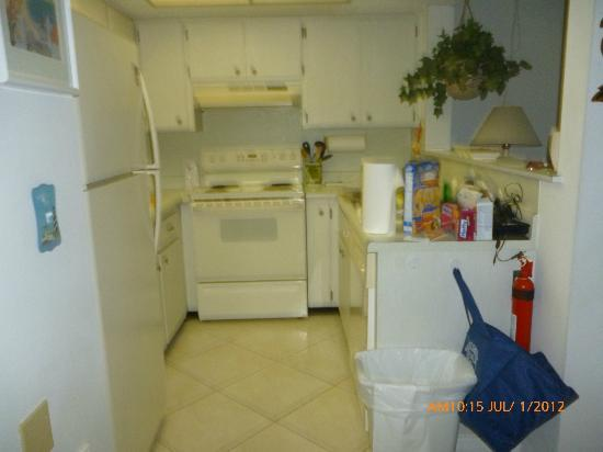 Coconut Beach Resort: Kitchen in Unit 114