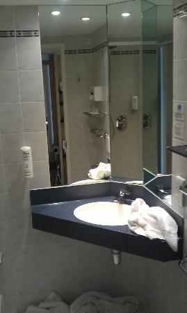 Holiday Inn Express Chester-Racecourse: Small but clean Bathroom