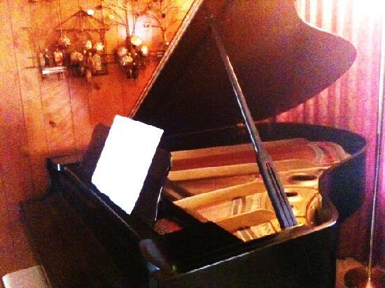A Country Retreat Bed and Breakfast: Grand Yamaha Piano