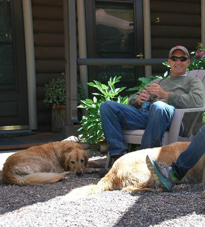 Laughing Horse Lodge: relaxing with the dogs