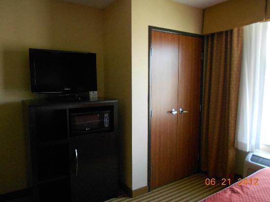 Comfort Suites: TV and closet