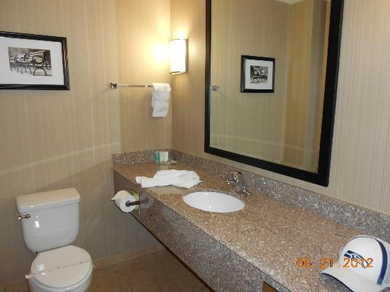 Comfort Suites: Bathroom sink