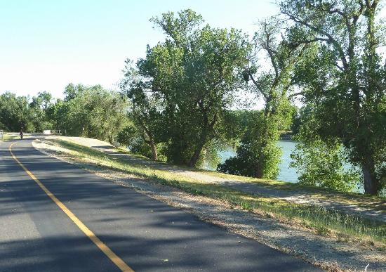 BEST WESTERN Sandman Motel : The Sacramento River across the path from the motel