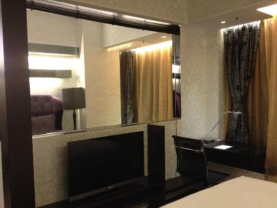 The Mercer Hong Kong: Viw of sitting area from bedroom