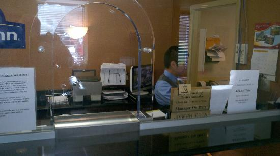 Days Inn Silver Spring: Front desk with bullet proof glass