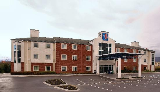 Motel 6 Newport: Exterior
