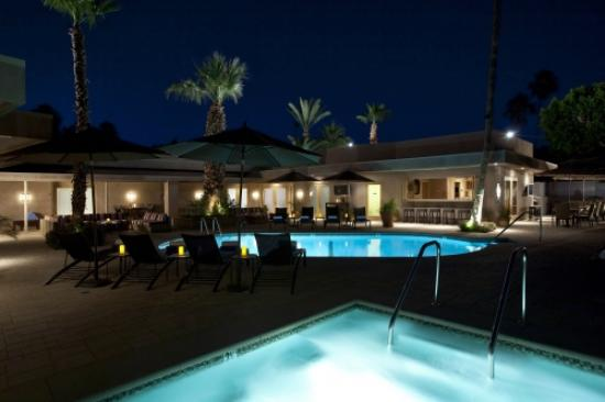 Pura Vida Palm Springs: Pool at night