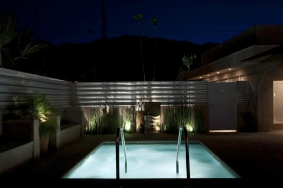 Pura Vida Palm Springs: Night view of the spa area