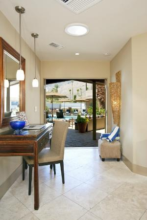 Pura Vida Palm Springs: View out from a room into the courtyard and pool area
