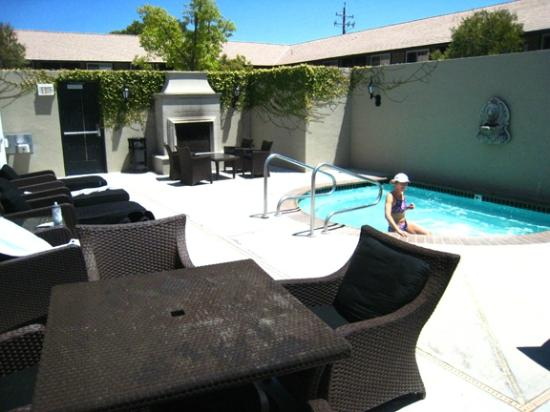 Hadsten House: Patio and jacuzzi