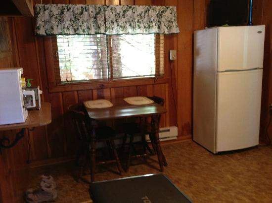Wagon Wheel RV Campground and Cabins: kitchen/dining