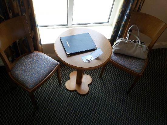 Waterford Marina Hotel: Desk in the room