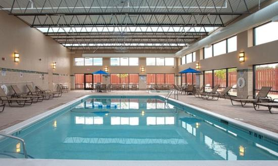 Ramada Plaza Minneapolis: Large pool and whirlpool area with seating