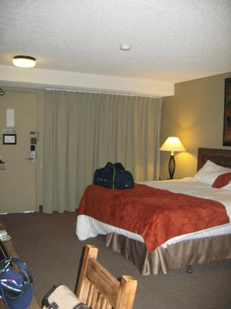 Maligne Lodge: Other end of room