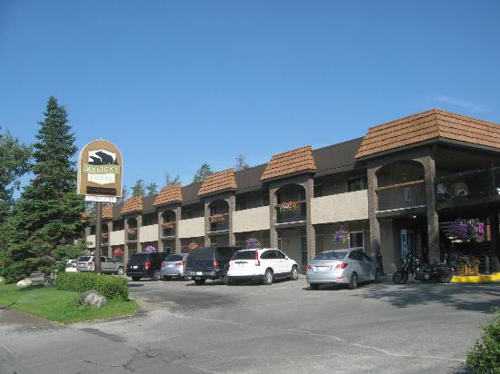 Maligne Lodge: Front of hotel