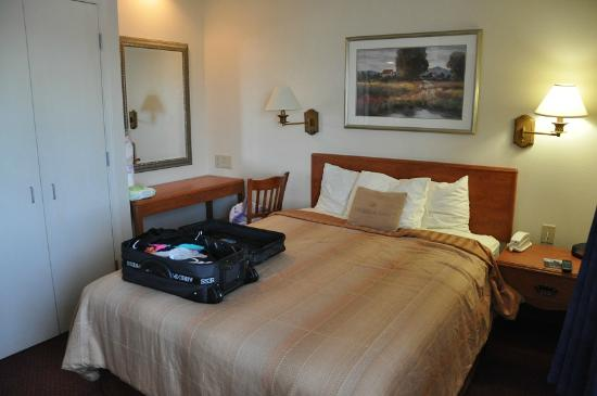 Candlewood Suites Syracuse Airport: bedroom viewed from TV