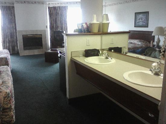 Inn at Yaquina Bay: two sinks in double queen