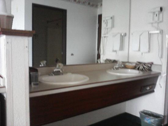 Inn at Yaquina Bay: Er.. sinks again.. exciting, I know. There&#39;s a light above them at night, if you want.