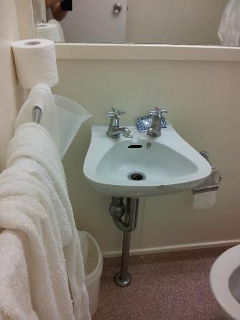 Econo Lodge City Central: this offending sink with 2 taps