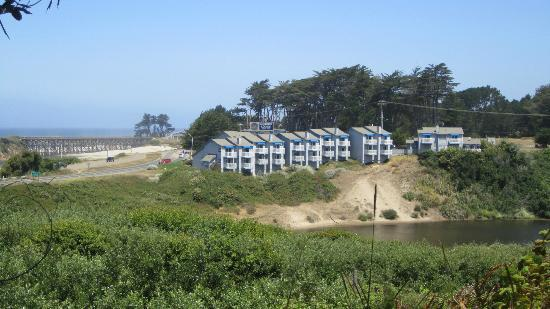 Beach House Inn Motel: Beach House Inn from across the estuary