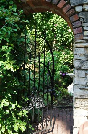 The Inn at Rose Hall Bed and Breakfast : Entrance to the courtyard