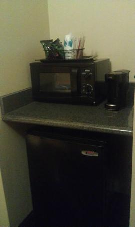Holiday Inn Columbus-Hilliard: Coffee area and small refrigerator