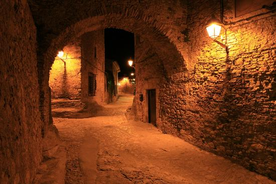 El Cau de Papibou: Amazing Peratallada at night