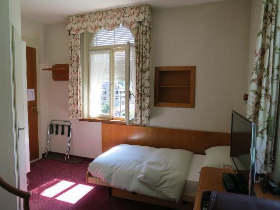Hotel Du Lac: Room 57 with river view. Very cozy and clean.