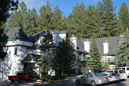 BEST WESTERN Big Bear Chateau: Lovely wooded property.