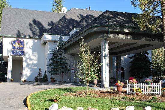 BEST WESTERN Big Bear Chateau: Beautiful entrance to tasteful lobby
