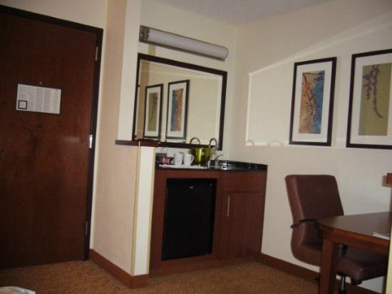 Hyatt Place Nashville/Franklin/Cool Springs: Fridge, desk, wet bar.