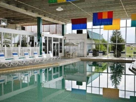 GuestHouse Inn, Suites & Conference Center: Pool