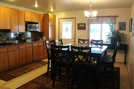 Otter's Cove Bed & Breakfast: Full kitchen at your disposal