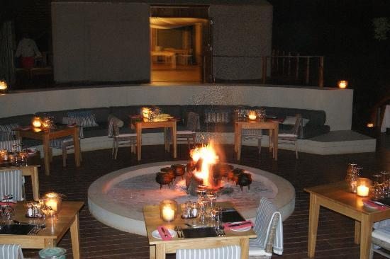 Thanda Private Game Reserve: evening dinning around fire